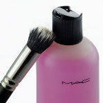 Blitzeblanke Make-up-Pinsel mit dem Brush Cleanser von MAC